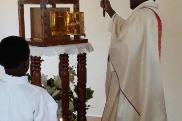 Poświęcenie nowego domu na misji Kikaikelaki w Kamerunie